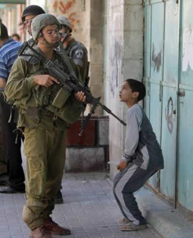 Palästinensisches Kind von einem israelischen Soldat bedroht