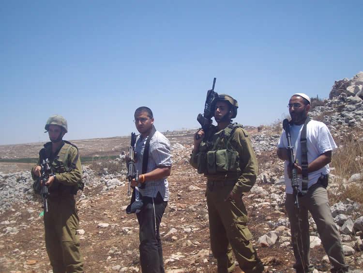 Israelisches Militär und Siedler Seit an Seit