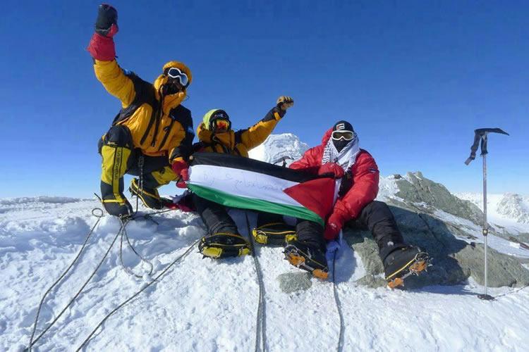 Plantan la bandera Palestina en la cima del Everest