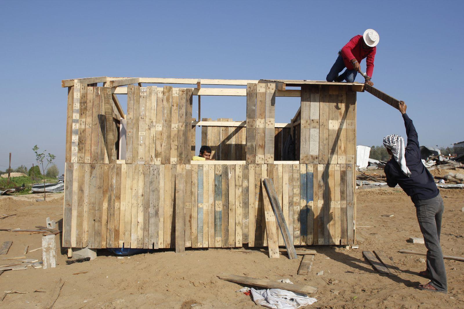 Palestinos en gaza construyen improvisadas casas mientras - Casas moviles madera ...