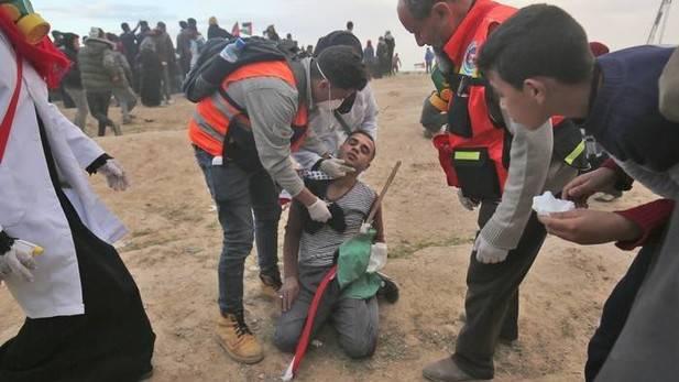 Más de 30 palestinos heridos por disparos israelíes en protestas en Gaza
