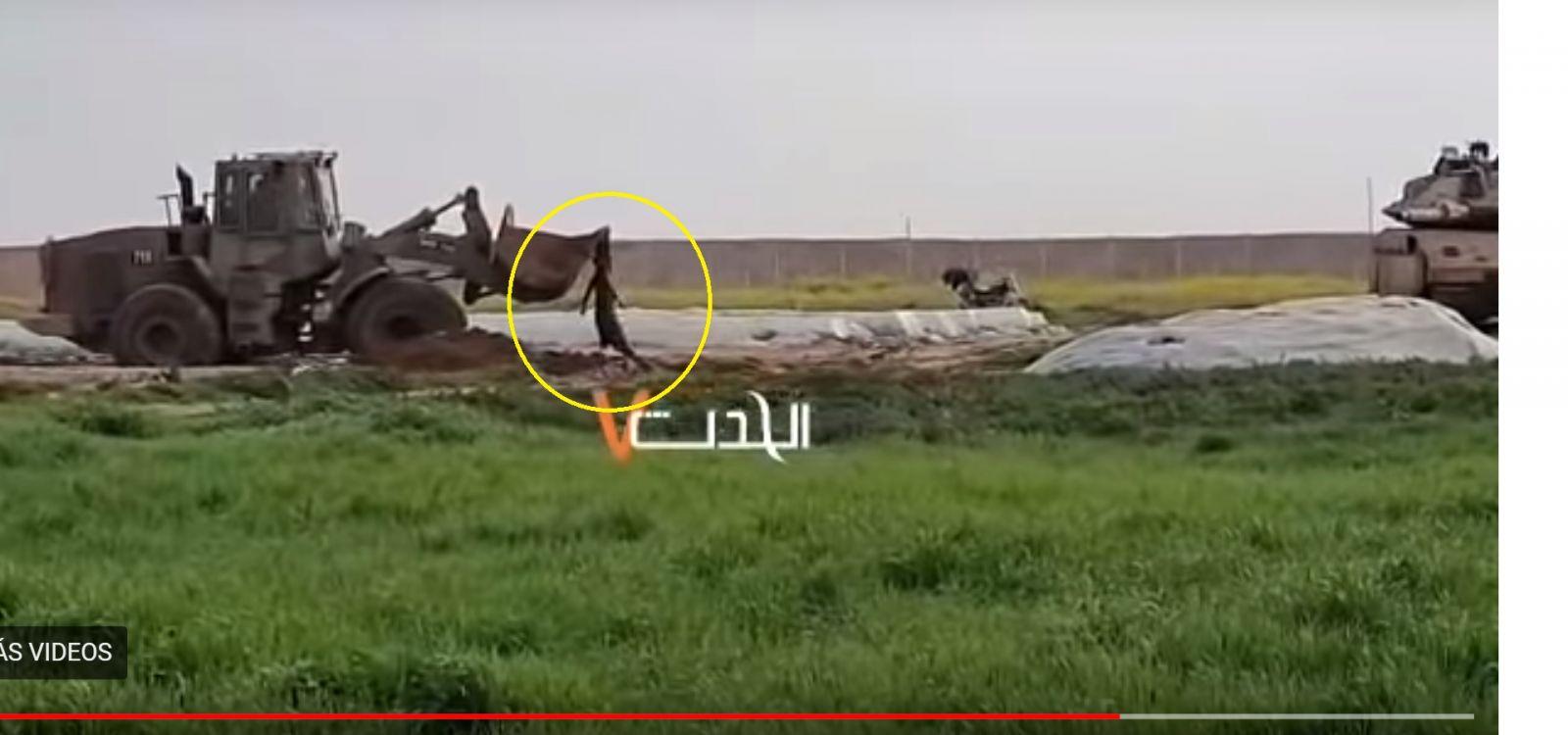 Bulldozer militar israelí arrastra y cuelga el cuerpo de un palestino herido por disparos