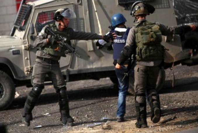 Soldados israelíes impidieron al equipo de TV Palestina informar sobre la violencia de los colonos en una aldea al sur de Cisjordania