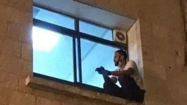 Palestina: Escala hasta la ventana del hospital para despedirse de su madre fallecida por coronavirus